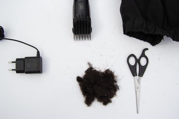 Аксессуары для стрижки гребень пишущая машинка накидка черные волосы вид сверху