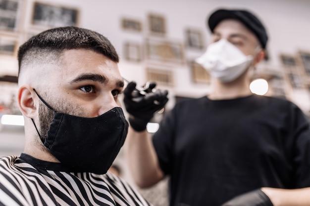 検疫での散髪。ウイルスからのマスクの散髪。髪とヘルスケア。男の散髪