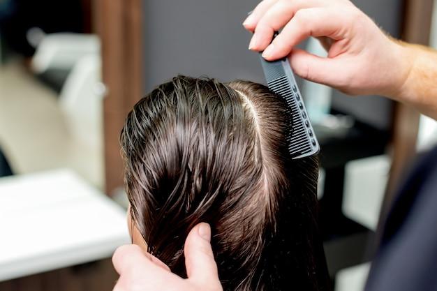 Стрижка женских волос в парикмахерской.