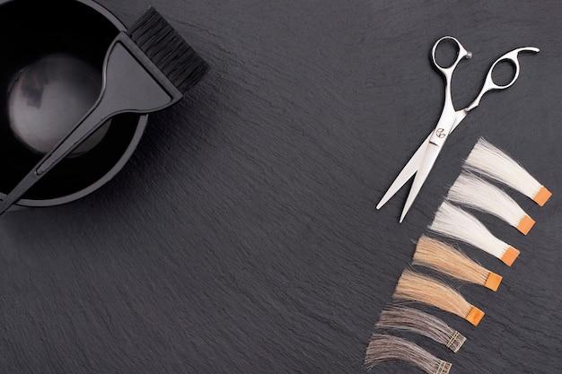 Парикмахерские аксессуары для окрашивания волос и наращивания в цвета на черном фоне