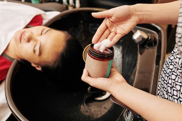 ハイドレイティングマスクを適用する美容師
