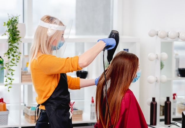 美容師はマスクを着用しているクライアントの長い髪を気にします
