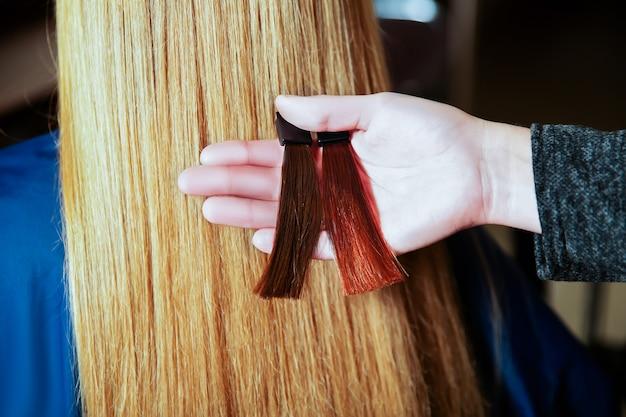 미용사는 염색하기 전에 머리 색깔을 선택합니다.