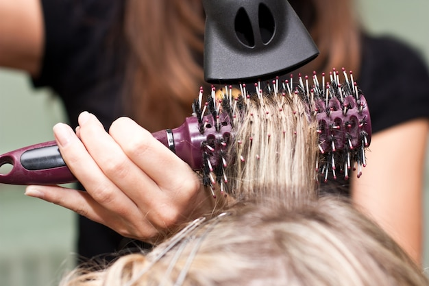 美容院で美容院で髪を乾かす