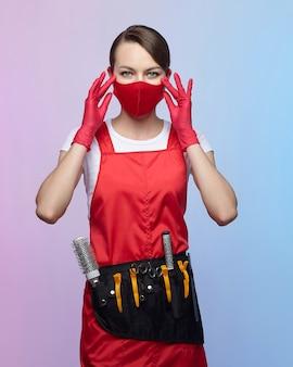 赤いマスクと手袋の美容師の女の子
