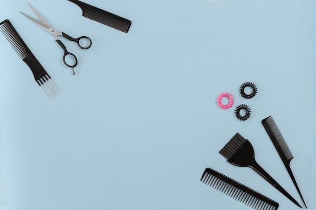 Парикмахерский набор с различными аксессуарами на синем фоне