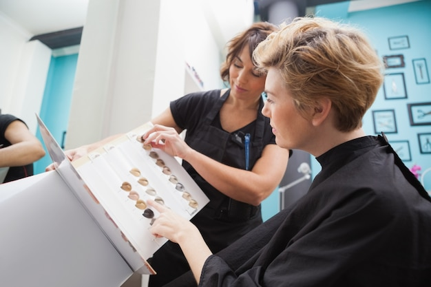 Парикмахер, показывающий типы волос