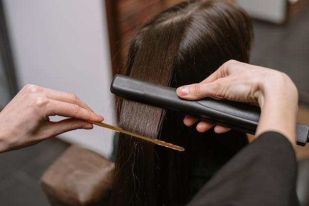 クライアントの髪を整える美容師
