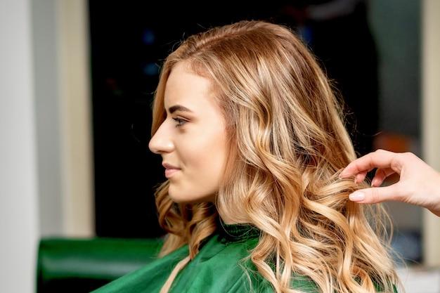 女性の美容師スタイリングヘア