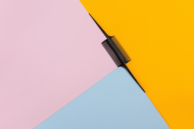 복사 공간이 있는 컬러 배경의 미용사 도구. 평면도. 정물. 모형. 플랫 레이