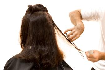 はさみで茶色の毛をトリミングする美容院のサロン