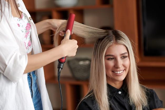 サロンで縮毛矯正器を使用している美容師