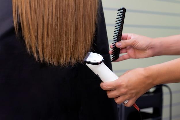 Парикмахер с машиной для волос