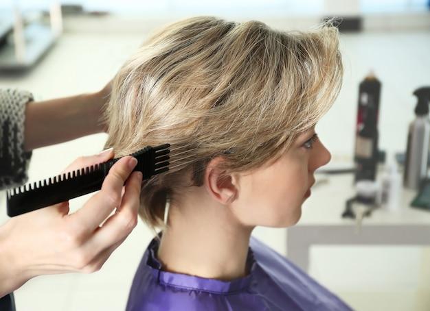 サロンでクライアントと協力している美容師