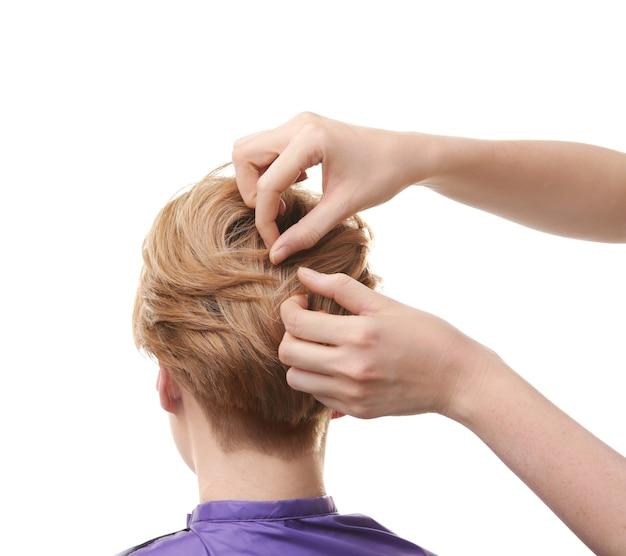 白い背景の上のクライアントと連携する美容師