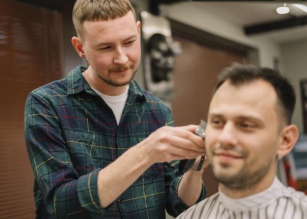 散髪を与えるhairstilystの正面図