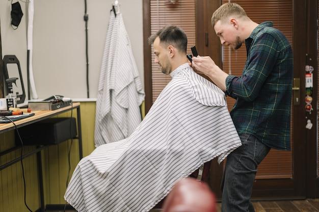 散髪をするhairstilystのミディアムショット