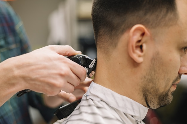 散髪を与えるhairstilystのクローズアップ