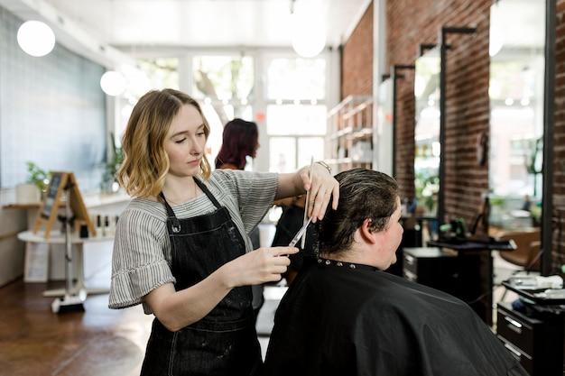 미용사가 고객의 머리를 파마로 세팅합니다.