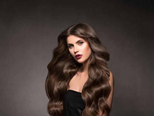 Hairte 헤어스타일 모델 아름다움 여자 긴 곱슬 brunat. 스튜디오 촬영.