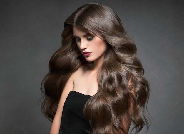 Прическа прическа модель красоты женщина длинные вьющиеся brunat. студийный снимок.