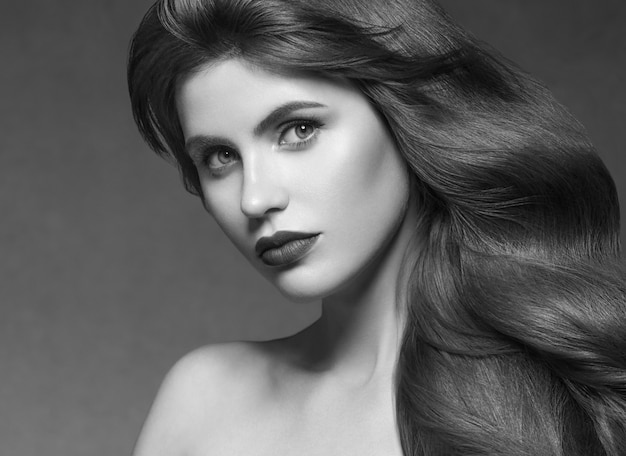Брюнет женщины красоты модели стиля прически волос длинное курчавое. студийный снимок.