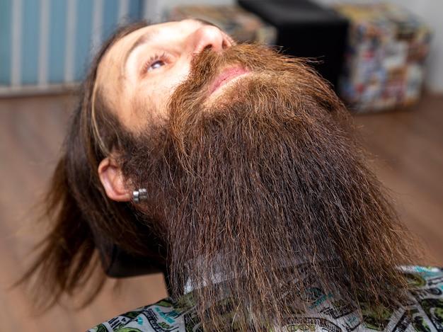 理髪店の毛むくじゃらのひげを生やした男。