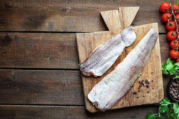 テーブルの上の新鮮なパンガシウス魚のシーフード成分をメルルーサ健康食品
