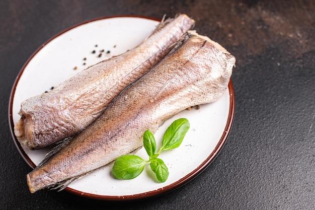 生の白身魚のシーフードの新鮮な部分をテーブルの上の食事の軽食を食べる準備ができているメルルーサコピースペース食品