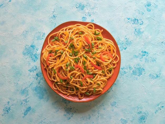客家麺は人気のあるインドシナのレシピです。プレートに野菜とシェズワン麺。上面図。