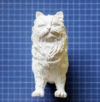 カラフルな紙の上の半分の猫