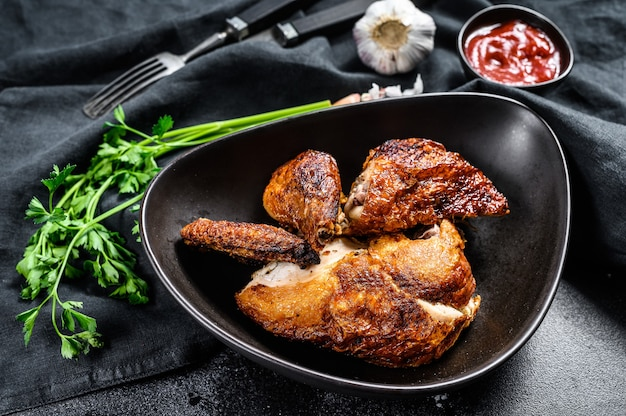 Половинка курицы гриль на тарелке