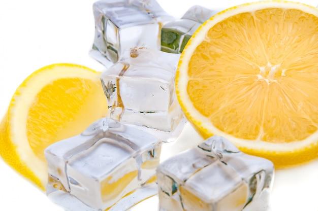 ジューシーレモンとさわやかなアイスキューブのクローズアップの半分