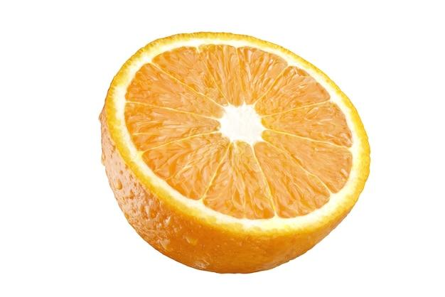 白い背景に分離されたオレンジの半分。完全な被写界深度。クリッピングマスク。