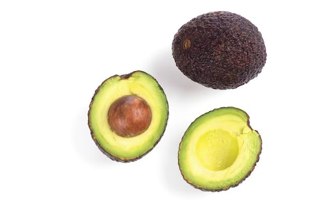 Половина фруктов авокадо, изолированные на белом фоне. вид сверху, плоская планировка.