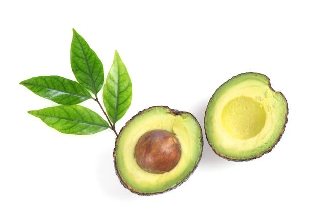 Половина фруктов авокадо, изолированные на белом фоне.