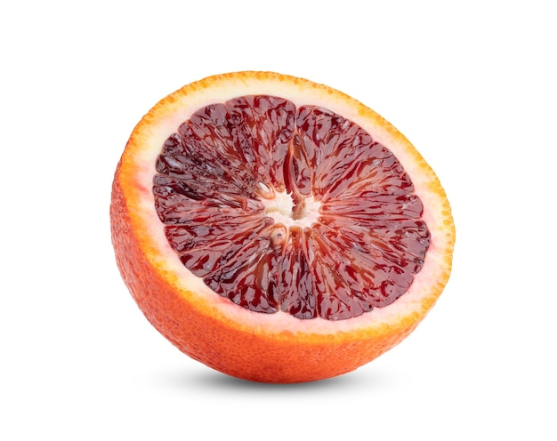 Половина апельсина крови, изолированные на белом фоне