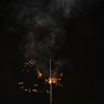 Sparkler mezzo bruciato con scintille luminose