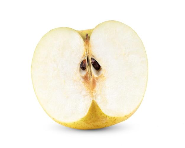 白い背景で隔離の半分中国梨の果実