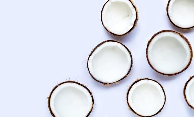 白い背景の上半分のココナッツ。コピースペース