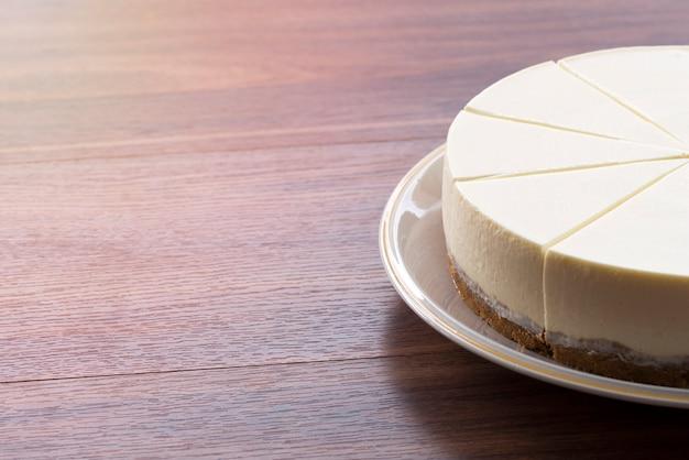 Полусливочный торт на деревянном столе