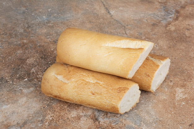 대리석 표면에 반 잘라 바게트 빵