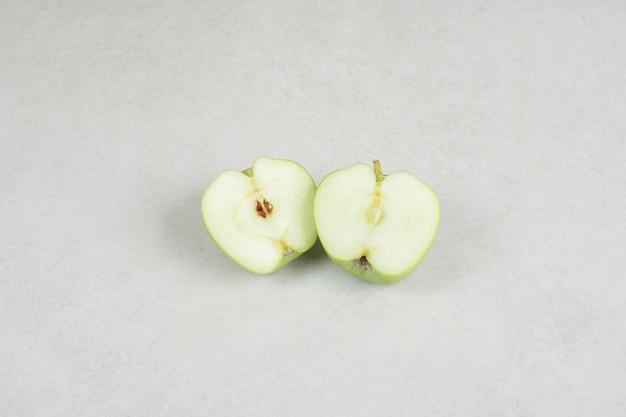 회색 표면에 절반 잘라 신선한 사과