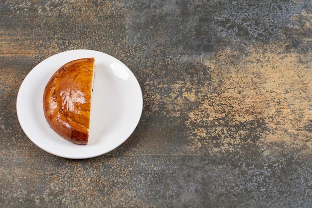 절반 흰색 접시에 신선한 생 과자를 잘라.