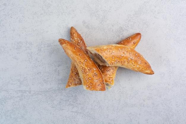 Biscotti fatti in casa tagliati a metà su sfondo grigio. foto di alta qualità