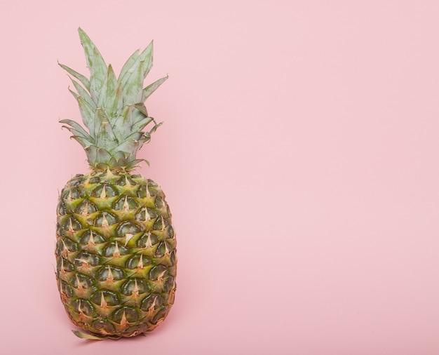 ハーフカットのジューシーなパイナップル最小限の夏のコンセプト。