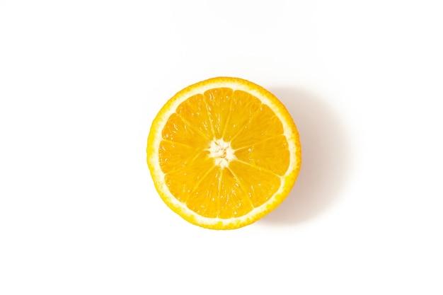 Половина разрезанного апельсина на белом фоне, вид сверху