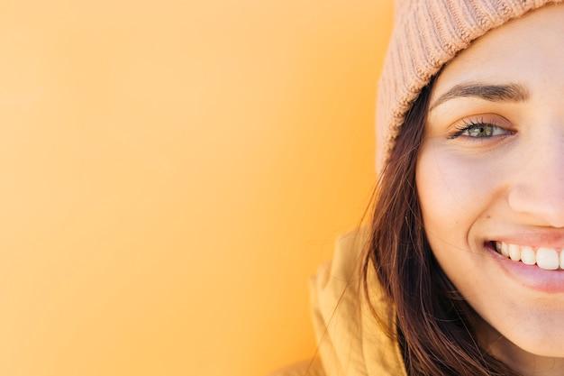 Половина лица портрет улыбающейся женщины