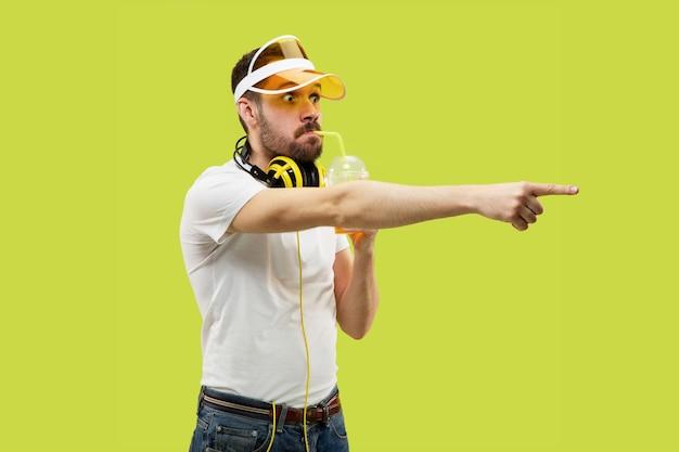 Поясной крупным планом портрет молодого человека в рубашке на желтом