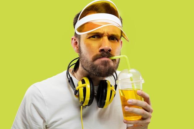 절반 길이 노란색 셔츠에 젊은 남자의 초상화를 닫습니다